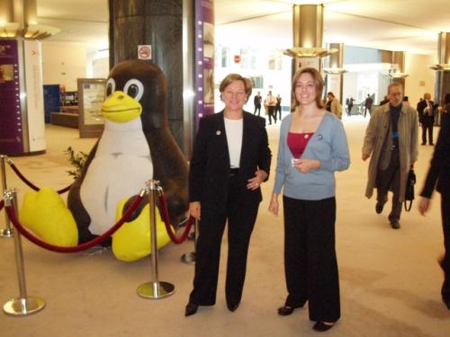 Nathalie Griesbeck et Alix Cazenave devant le Tux du parlement européen