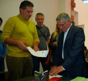 Sébastien Dinot, Vice President of April, presents the membership form to Pierre Cohen, mayor of Toulouse and President of the urban community of the Greater Toulouse area